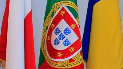 bandeira portuguesa com pagodes