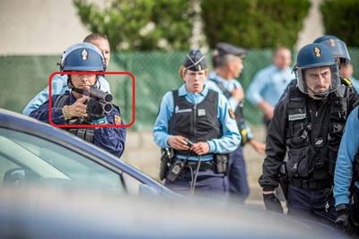 Rodilhan policia empunhando uma flash-ball