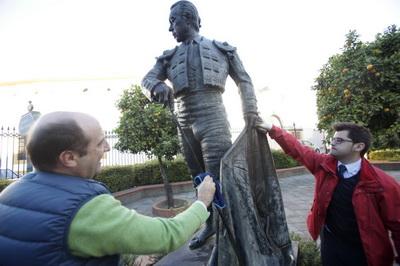 moeckel danificando estatua