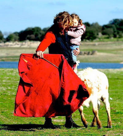 rui fernandes toureia com a filha ao colo